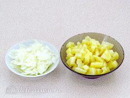 Салат с кальмарами и солеными грибами: Измельчить лук и картофель