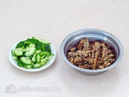 Салат из консервированной рыбы с огурцом: Нарезать огурцы и размять рыбу