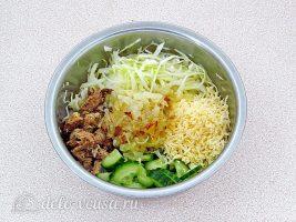 Салат из консервированной рыбы с огурцом: Сложить все ингредиенты в миску