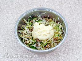 Салат из консервированной рыбы с огурцом: Заправить майонезом и перемешать