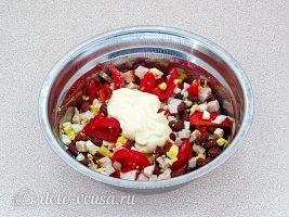 Салат с копченой курицей и фасолью: Посолить и заправить майонезом