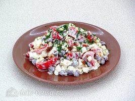 Салат с копченой курицей и фасолью готов