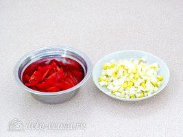 Салат с копченой курицей и фасолью: Нарезать помидор и яйцо