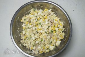 Салат с печенью трески и кукурузой готов