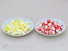 Крабовый салат с орехами: Измельчить яйца и крабовые палочки