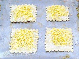 Слойки с сосисками: Посыпать слойки сыром