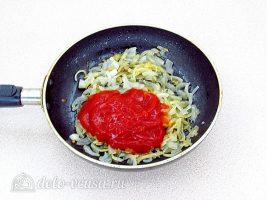 Слойки с сосисками: Добавить томатный соус