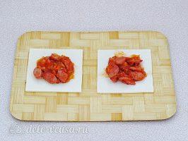 Слойки с сосисками: Кладем начинку на тесто