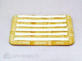Ананасы в слоеном тесте: Тесто разрезать на полоски