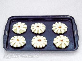 Ананасы в слоеном тесте: Кладем ананасы на противень