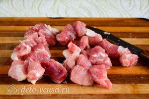 Тушеная картошка со свининой: Порезать мясо