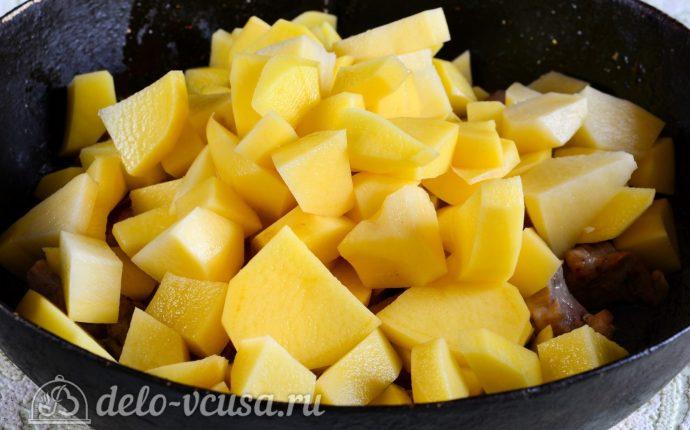 Тушеная картошка со свининой: Добавить картошку к мясу