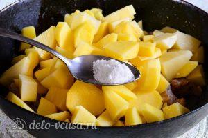 Тушеная картошка со свининой: Добавить соль