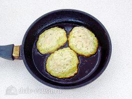Заварные картофельные оладьи: Выложить оладьи на сковороду