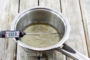 Заварной белковый крем: Сварить сироп