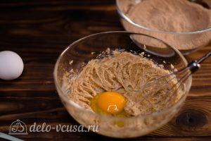 Брауни с кэробом: Добавить яйцо