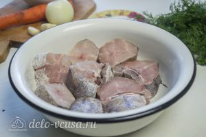 Хек в томатном соусе: Промыть рыбу