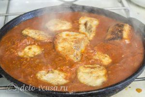 Хек в томатном соусе: Добавить рыбу в соус