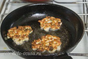 Рубленные куриные котлеты с сыром: Переворачиваем котлеты