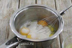 Лимонный курд с крахмалом: Соединяем желтки, лимонный сок и сахар