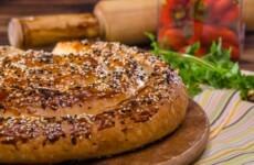 Пирог улитка с сыром и ветчиной