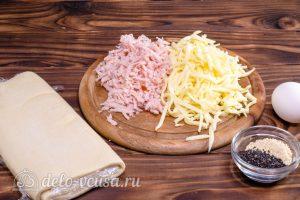 Пирог улитка с сыром и ветчиной: Ветчину и сыр натереть