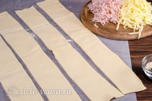 Пирог улитка с сыром и ветчиной: Раскатать тесто