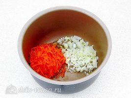 Плов с фрикадельками в мультиварке: Кладем морковь и лук в чашу мультиварки