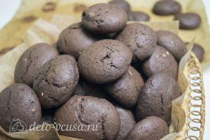 Шоколадное печенье с фисташками: Остудить печенье