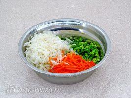 Салат из черной редьки и моркови: Соединить овощи в миске