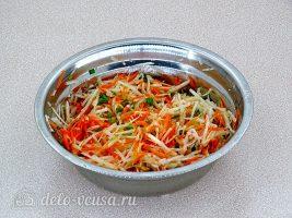 Салат из черной редьки и моркови: Заправить салат маслом