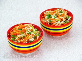 Салат из черной редьки и моркови готов