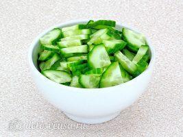 Салат из черной редьки с огурцом: Порезать огурец
