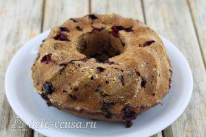 Шоколадный кекс с малиной: Перекладываем на блюдо