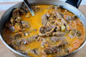 Бефстроганов из говяжьей печени: Залить мясо соусом