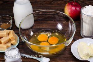 Блинный торт с яблоками: Разбить яйца