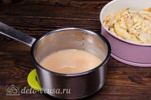 Блинный торт с яблоками: Варим до готовности соус