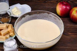 Блинный торт с яблоками: Добавить молоко и масло