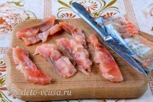 Соленая горбуша в масле с луком: Порезать рыбу на кусочки