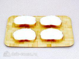 Горячие бутерброды со шпротами и сыром: Смазать хлеб маслом
