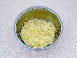 Горячие бутерброды со шпротами и сыром: Сыр натереть на терке