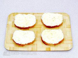 Горячие бутерброды со шпротами и сыром: Смазать хлеб начинкой