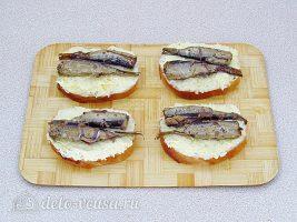 Горячие бутерброды со шпротами и сыром: Положить шпроты