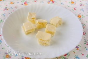 Канапе с семгой и огурцом: Ломтики хлеба нарезать маслом