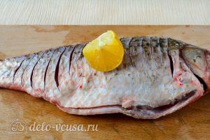 Карась в духовке: Сбрызнуть рыбу лимоном