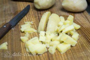 Картофельный салат по-немецки: Нарезать отваренный картофель