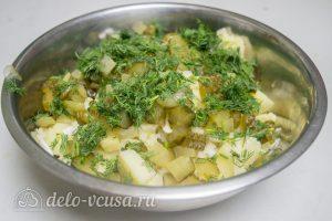 Картофельный салат по-немецки: Смешать ингредиенты с укропом и специями