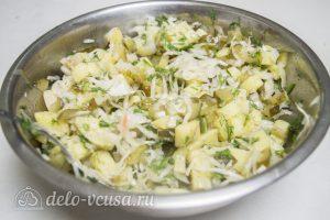 Картофельный салат по-немецки: Заправить салатом маслом