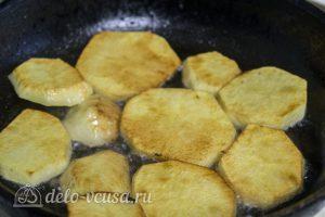 Котлеты тушеные с овощами: Обжарить на сковороде картофель