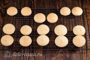 Пирожное Персики: Выкладываем печенье на решетку